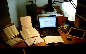 Schreibtisch_eines_Philologen_CC by Die keimzelle